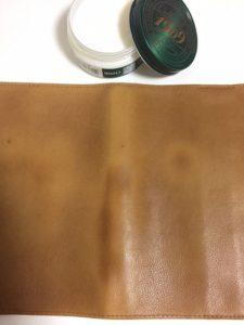 本革ブックカバーにコロニル・シュプリームクリームを塗った写真