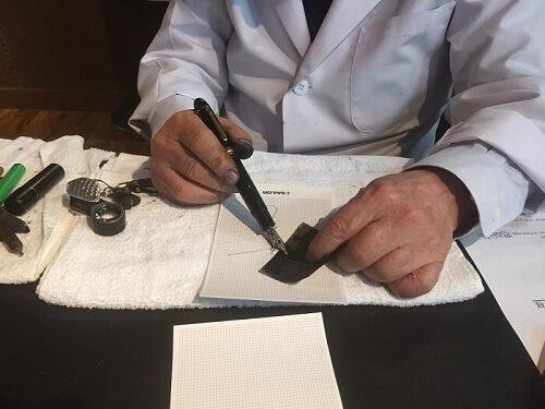 川口明弘先生が万年筆(モンブランマイスターシュテュック149)を無料調整している様子