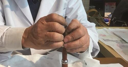 川口明弘先生が万年筆(セーラー万年筆プロフィット30周年記念ブライヤー)を無料調整している様子